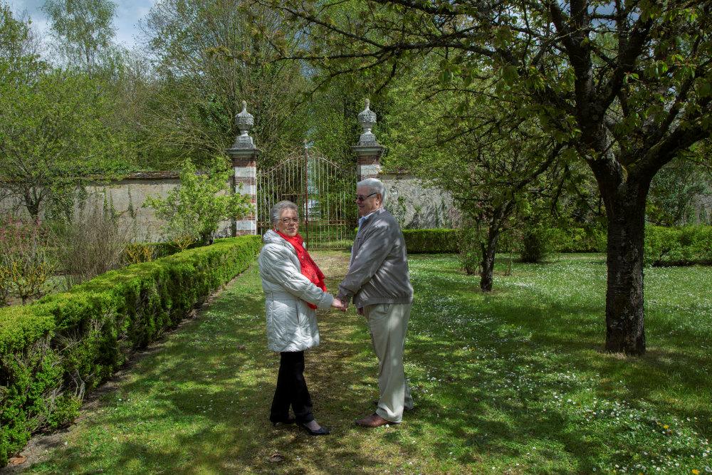 seniors dans jardin EHPAD
